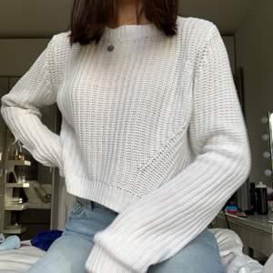 Vit stickad tröja. Tyvärr har tröjan ett litet hål i armen. Säljer då den inte kommer till användning. (Kan mötas upp i Stockholm)