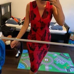 Röd och svart blommig klänning. Strl S/ M