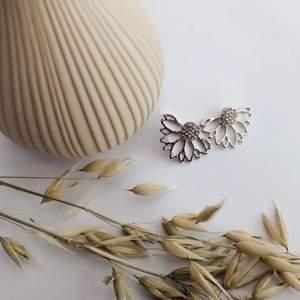 Fina silver örhängen! Nyskick🍁 Hör av dig om du är intresserad! Gratis Frakt!🚛💗