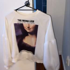 Galet fet Mona Lisa tröja!! Kommer inte till användning då jag har för många tröjor... 💖.                     Osäker på frakt -inget ansvar