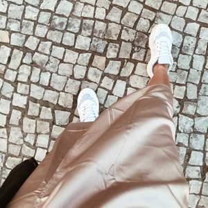 En beige/ljusrosa satinkjol som knappt kommit till användning. (Endast på första bilden)🍂😊 Har flera kjolar därav är den iprincip oanvänd. Ord. 399kr. Priset kan diskuteras men står inte för frakten 💕