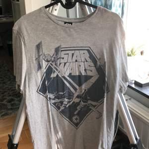 autentisk star wars tshirt! aldrig använd, passar både M & L :)