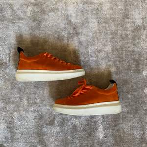 Orangea mocka skor från pavement använda cirka 2 gånger, ord pris 1200kr säljs för 300kr+frakt