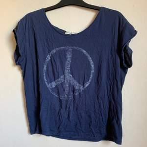 Snygg marinblå t-shirt med peace märke.