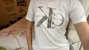 """Säljer denna coola CalvinKlein t-shirt.Storleken är Xs men är """"luftig"""", (jag har storlek s i vanliga fall men den sitter lite """"pösigt""""). Köparen står för frakt🦩 Ps det är meningen att trycket ska vara lite """"slitet""""."""