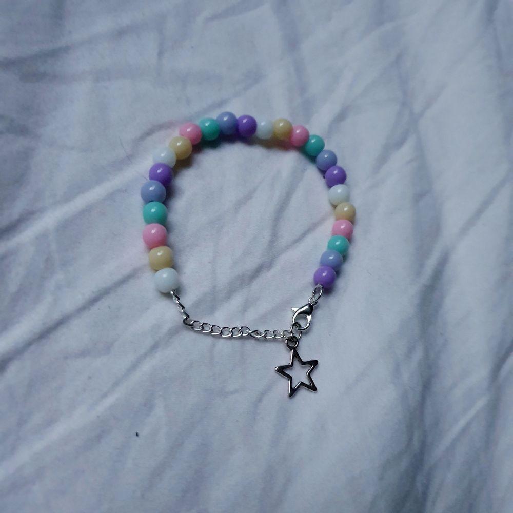 Så fint handgjort armband med pastellfärgade pärlor. Armbandet har en förlängningskedja och en stjärna som detalj. Finns endast ett begränsat antal!. 59 kr+11 kr frakt🌟💕. Accessoarer.