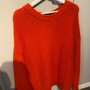 Röd stickad tröja, i nyskick.