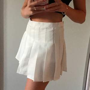 Helt ny vit trendig plisserad tenniskjol, endast provad💞 Säljer pga den var för stor för mig helt enkelt. Kjolen har insydda shorts som går att klippa bort om man vill det. Skulle uppskatta kjolens storlek till en 38, jag har vanligtvis 36 och är 155cm lång! Den har en liiiiten fläck som syns på bild tre, har inte provat tvätta bort den men den syns inte när man har på sig kjolen. Säljer för 200kr inklusive frakt💗🚚