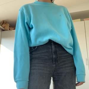 Säljer denna super fina blåa ribbade tjock tröjan, 200kr plus frakt på 63kr 💙💙💙💙