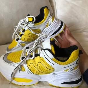 Världens snyggaste sneakers, säljer pga köpte fel storlek, storlek 38. Helt oanvända och nya!