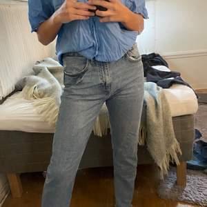 Raka zara jeans i storlek 38, stretchiga💗 möts i stockholm annars står köparen för frakten