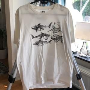 disney pixar tshirt som visar originella teckningar till hajen i hitta nemo! köpt i uniqlo i malaysien, perfekt skick, aldrig använd! är bara lite skrynklig för att den har legat i garderoben länge :) är L men är rätt liten, passar mer som M