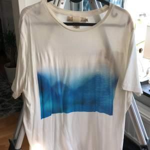 tshirt köpt i h&m, perfekt skick, knappt använd!