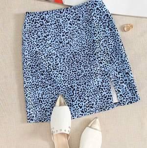 Supersöt blå leopard kjol från Shein, köpt i somras men ändast använd två gånger. Säljer även toppen i bild 3!