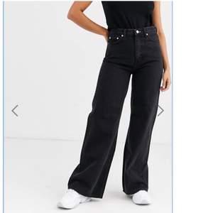 Jag säljer dessa svarta  jeans från weekday I modellen ACE, andvänt ca 1 . Nypris 500kr säljer för 300kr + frakt