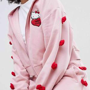 Hej! SÖKER detta set från Asos, kollektion Hello Kitty x Asos. Söker antingen byxorna, huvtröjan eller båda.  I denna färg. Kom med eget pris ☺️ Tack på förhand!! / A
