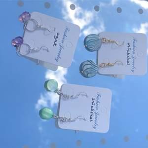 INTE ÄKTA SILVER/GULD! Handgjorda örhängen, stenarnas namn står vid varje örhänge. Köparen står för frakten, 11 kr frakt.           50 kr st