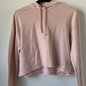 En ljusrosa kort hoodie i str S från H&M. Den är lite nopprig som man kan se på tredje bilden. Köpare står för frakt
