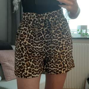 Ett par leopard shorts men knytning i midjan. Skicka ett meddelande så bestämmer vi ett pris 💕