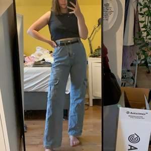 Fick hem dessa skit snygga jeans från kissmebangbang men tyvärr var dem förstora för mig. Köpte dem för ca 500 inklusive frakt och sen blev det till på 90kr. Hör av er om ni är intresserade eller vid frågor🌈💕