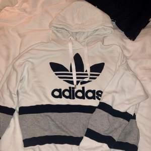 Adidas hoodie i storlek S, tröjan är vit, grå och mariblå/svart. använd några gånger men ser ut som ny