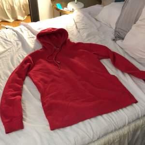 En vanlig basic röd hoodie i stl xs, funkar även som en S. Bra skick
