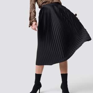 säljer denna superfina kjolen från nakd, den är helt slutsåld på hemsidan❤️ det enda är att själv spännet som man knäpper kjolen med är sönder, men dragkedjan funkar bra på egen hand, så det är inget som stör❤️ skriv privat för fler bilder!!