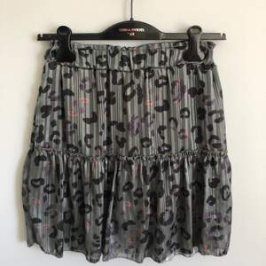 Jättefin kjol med inbyggda shorts. Fin grön färg med coolt leopardmönster. Har lite silvertråd i sig som glänser fint i ljuset. Resor i midjans så passar allt från XS-M