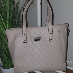 Säljer min ljusrosa handväska från märket Feel då den tyvärr inte kommer till användning. Den är i bra skick och väldigt rymlig! 130kr, frakt ingår💓