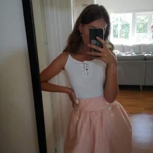 Säljer min vintage kjol då den aldrig kommit till användning tyvärr pågrund av en för stor storlek. Super gullig kjol i storlek 36. Buda på, högsta bud vinner.