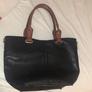 Säljer en svart väska som jag köpt i italien