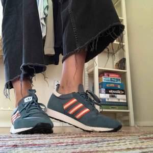 HELT OANVÄNDA sneakers! Köpte dessa på Caliroots i våras, tyvärr är de för små för mig 😭 Sjukt snygga och sköna, lätta och finaste färgerna. Storleken är 40 2/3 men skulle gissa att de passar bäst på en 39-39,5. Dm vid frågor eller för fler bilder! 💘