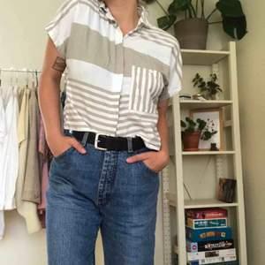 Säljer denna ascoola skjorta som tyvärr är liite för liten på mig. Croppad och med snyggastd beigea färgen.