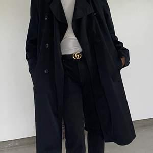 En svart oversize trenchcoat med burberry inspirerat tyg på insidan! Fraktar för extra kostnad! 🦋