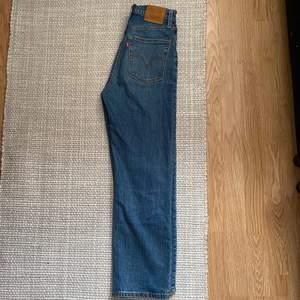 Ett par jeans från Levi's i i rak modell, passar xs/s. Köptes för 1200, säljer för 250+frakt✨