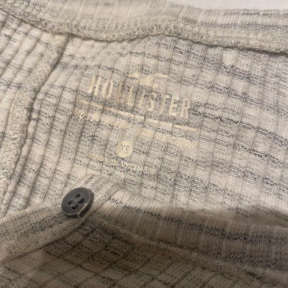 Säljer denna enkla fina t-shirten ifrån hollister. I storlek XS men väldigt stretchig så passar även större storlekar. Säljer för 70kr + frakt ⚡️. T-shirts.