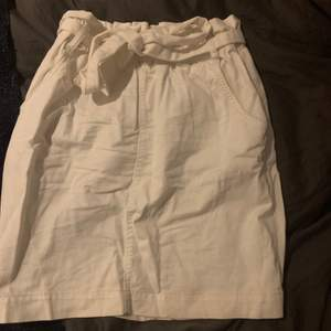 Fräsch vit nakd kjol, knappt använd, kommer till ett band/skärp till midjan. Storlek S, kan behövas strykas