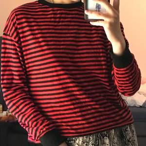 Cool kurt cobain inspired röd/svart randig grunge tröja, storlek XS men sätter ganska loose :>                                           Kan mötas upp i Göteborg <3