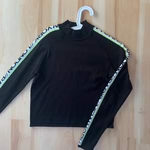 Denna tröja är från HM. Supercool med coolt tryck på ärmarna. Den är i mycket fint skick. 70kr + 44kr frakt. Strl s