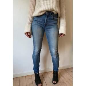 Dessa snygga Levi's High Rise Skinny jeans säljer jag då dem inte kommer till användning längre. Det finns lagningar på innersida lår, men syns inte när byxorna är på. Det är bara att fråga om man vill ha fler bilder. Köparen står för frakten.