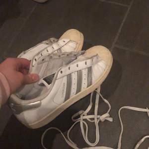 Väl använda adidas skor, säljer för 50kr då dem är väl använda, har tvättat dem i tvättmaskinen, men finns dock lite missfärgning längst fram på skon