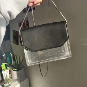 En söt axelväska från Gina Tricot med detalj i svart PU-läder. Väskan är använd max 3 ggr. Kedjan går att ta av! Mötes upp i Uppsala eller postar ✨