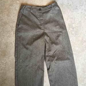 Jättenajs gråmelerade kostymbyxor från monki, strl 32 men har satt i resår i midjan också! Använda en gång.