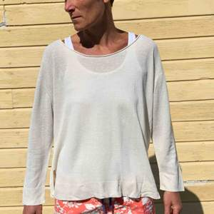 En tunt stickad, sandfärgad tröja med båturringning som passar nu till sommaren. Den är i gott skick och från märket Wera.