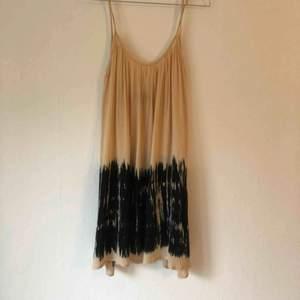 Batikmönstraklänning från Topshop. Aldrig använda av mig. Köpt på tradera.