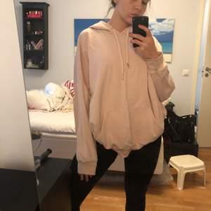Ljusrosa oversized hoodie från Monki. Storlek M, passar dock XS-L beroende på önskad passform. Relativt använd därav det låga priset.