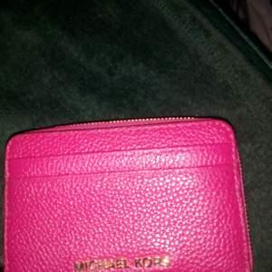 Liten plånbok fr MK, den är hallon röd o inte cerise som det ser ut som på bilden, den är naturligtvis äkta o aldrig använd😊Kan skickas mot fraktkostnad 😊