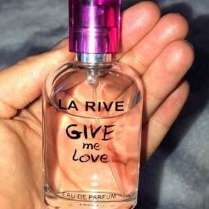 Söt parfym köpt på normal! Luktar gott och mycket kvar men den är använd!