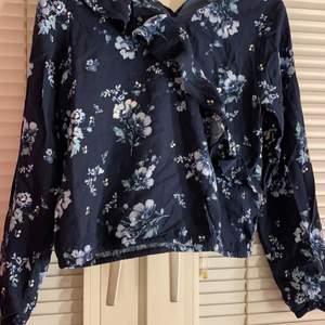 säljer en skitfin tröja med volanger vid bröstet, köpt från Khappal För 250kr säljer för 75