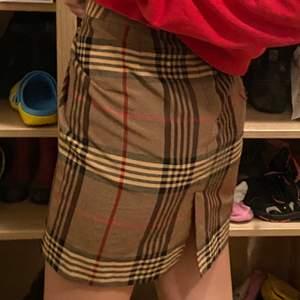 """Burberry-mönstrad """"kontors-kjol"""" köpt från Beyond retro! Sitter för stort på mig och inte riktigt min stil så säljer vidare!❤️  ca stl M/L"""